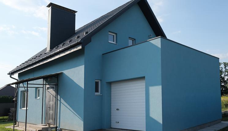 Небольшой дом мансардного типа с гаражом на одну машину
